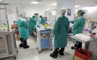 Ιατρονοσηλευτικό προσωπικό περιθάλπει ασθενή με COVID-19 σε ΜΕΘ του νοσοκομείου «Σωτηρία» τον Απρίλιο, κατά το πρώτο κύμα της πανδημίας. Τις τελευταίες εβδομάδες, το σύστημα υγείας δέχεται μεγάλη πίεση με νέα περιστατικά και διασωληνώσεις. REUTERS / ΓΙΩΡΓΟΣ ΜΟΥΤΑΦΗΣ