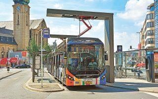 Υβριδικό λεωφορείο στο Λουξεμβούργο «φουλάρει» με την απαραίτητη ηλεκτρική ενέργεια στην αφετηρία. SHUTTERSTOCK