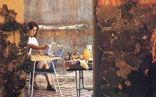 1985: Η Ρένα Παπασπύρου την ώρα της δουλειάς. «Oταν μεγαλώνεις και βάζεις κάτω το τεφτέρι για να λογαριάσεις τα συν και τα πλην, είναι δύσκολα τα πράγματα», λέει σήμερα στην «Κ».
