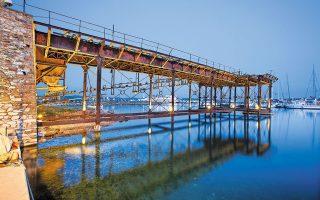 Η γαλλική μεταλλευτική σκάλα, κατασκευασθείσα το 1888, στο λιμάνι του Λαυρίου. SHUTTERSTOCK