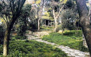 Το αναπαυτήριο, το τουριστικό περίπτερο πίσω από τον Αγιο Δημήτριο τον Λουμπαρδιάρη, έργο του Δημήτρη Πικιώνη, παραμένει εγκαταλελειμμένο.
