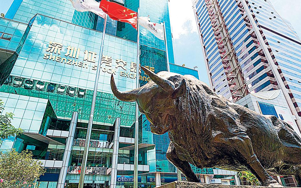 Οι Ευρωπαίοι επενδυτές αντιπροσωπεύουν το 85% όσων έσπευσαν να αγοράσουν τα 15ετή ομόλογα που εξέδωσε το κινεζικό δημόσιο και περίπου τα 2/3 όσων αγόρασαν τα δεκαετή και τα πενταετή ομόλογα.