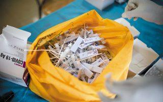 Ο αμερικανικός οργανισμός CDC και ο ευρωπαϊκός CDC έχουν προειδοποιήσει ότι ο έλεγχος με τα rapid tests αντιγόνου πρέπει να γίνει από την 1η ώς την 7η ημέρα. Το ποσοστό ακριβείας σε ιδανικές συνθήκες είναι από 60% έως 80% «στην καλύτερη περίπτωση» (φωτ. αρχείου). A.P./Altaf Qadri