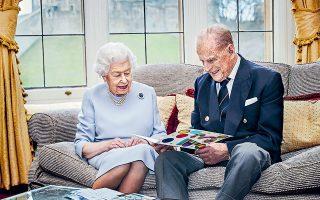 Tην 73η επέτειο του γάμου τους γιόρτασαν χθες η βασίλισσα Ελισάβετ και ο σύζυγός της πρίγκιπας Φίλιππος. Το τρυφερό στιγμιότυπο δείχνει το ζεύγος να κοιτάει την κάρτα που τους έστειλαν τα δισέγγονά τους, ο πρίγκιπας Γεώργιος, η Σάρλοτ και ο Λουδοβίκος. Με φόντο τους εντυπωσιακούς κήπους στο παλάτι του Ουίνδσορ, η Ελισάβετ και ο Φίλιππος διαβάζουν τις πολυάριθμες ευχές των υπηκόων τους για την επέτειο (φωτ. Chris Jackson / Pool via A.P.).