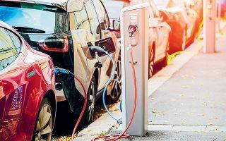 Η στροφή στην ηλεκτροκίνηση και στις ήπιες μορφές ενέργειας θα έχει ως συνέπεια τη μείωση της ζήτησης ορυκτών καυσίμων κι έτσι θα δοθεί ένα τέλος στην αποκαλούμενη «εποχή του πετρελαίου» (φωτ. Shutterstock).