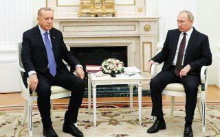 O μόνος ίσως ηγέτης διεθνώς που μοιάζει έως τώρα να μπορεί να βάλει κάποια όρια στον Ερντογάν είναι ο Πούτιν, όπως συνέβη διαδοχικά στη Συρία, στη Λιβύη και πρόσφατα στο Ναγκόρνο-Καραμπάχ. EPA / MICHAEL KLIMENTYEV / SPUTNIK