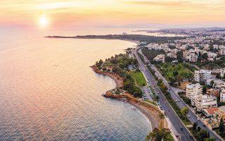 Πέρα από τις φορολογικές διευκολύνσεις, οι ξένοι προτιμούν την Ελλάδα γιατί είναι μέλος της Ευρωζώνης με πολύ καλές κλιματικές συνθήκες και  χαμηλές αξίες ακινήτων συγκριτικά με το εξωτερικό.