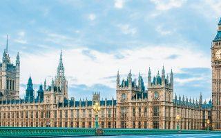 Στη Βρετανία πάνω από 100 βουλευτές ασκούν πιέσεις στην κυβέρνηση να εγκαινιάσει δοκιμαστικά προγράμματα ελάχιστου εγγυημένου εισοδήματος.
