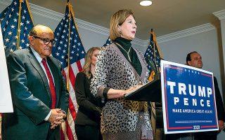 Η αυξανόμενη κατακραυγή υποχρέωσε τον Ρούντι Τζουλιάνι (αριστερά) να λάβει αποστάσεις από τις ακραίες θέσεις που προέβαλε η Σίντνεϊ Πάουελ σε πρόσφατη συνέντευξη Τύπου της νομικής ομάδας του Τραμπ (φωτ. EPA).