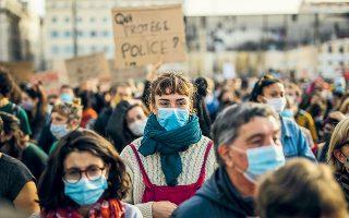 Χιλιάδες πολίτες διαδήλωσαν στο Παρίσι και σε άλλες πόλεις κατά του νομοσχεδίου, το οποίο απαγορεύει τη δημοσίευση φωτογραφιών προσώπων ή αριθμών μητρώου αστυνομικών που βρίσκονται σε υπηρεσία (φωτ. A.P.).