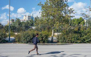 Πρωινή άσκηση στον στίβο του Κέντρου Πολιτισμού Ιδρυμα Σταύρος Νιάρχος, όπου είναι και το τέρμα της διαδρομής (φωτογραφίες. ΜΑΡΙΚΑ ΤΣΟΥΔΕΡΟΥ) .
