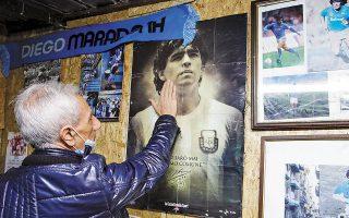 Από την Αργεντινή έως τη Νάπολη, απλώθηκε χθες το βαρύ πέπλο του πένθους για τον χαμό του Ντιέγκο Αρμάντο Μαραντόνα. «Mια μέρα θα ξαναπαίξουμε μαζί ποδόσφαιρο στον Παράδεισο», υποσχέθηκε ο 80χρονος Πελέ, σε μια δήλωση που προκάλεσε αίσθηση.