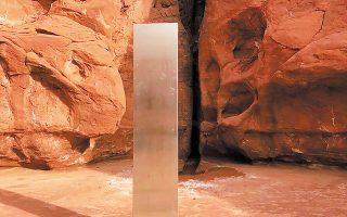 O μεταλλικός μονόλιθος ύψους 4 μέτρων είναι καρφωμένος στο έδαφος χωρίς να υπάρχουν ίχνη ανθρώπινης παρουσίας κοντά του (φωτ. Utah Department of Public Safety via A.P.).