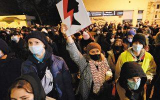 Εξακολουθούν στην Πολωνία οι διαδηλώσεις γυναικών κατά του νόμου που απαγορεύει τις αμβλώσεις, ένα μήνα μετά την παρουσίαση του επίμαχου νομοσχεδίου (φωτ. A.P.).