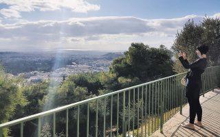 Αγνάντι στην πόλη από το μπαλκόνι του καφέ «Πράσινη τέντα» (φωτογραφίες Όλγα Χαραμή).