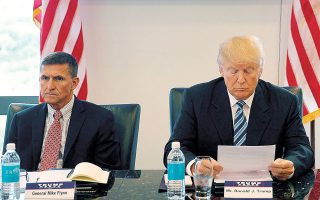 Ο πρώτος σύμβουλος Εθνικής Ασφαλείας του Τραμπ, o Mάικλ Φλιν (αριστερά), είχε ομολογήσει ότι έδωσε ψευδή κατάθεση στο FBI για τις συναντήσεις του με τον Ρώσο πρεσβευτή Σεργκέι Κίσλιακ στα τέλη του 2016 (φωτ. A.P.).