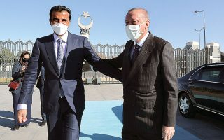 Ο Τούρκος πρόεδρος Ταγίπ Ερντογάν υποδέχθηκε χθες στην Αγκυρα τον εμίρη του Κατάρ, Ταμίμ μπιν Χαμάντ αλ Σάνι. (φωτ. Presidential Press Service via A.P., Pool)