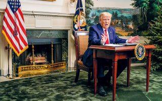 O Ντόναλντ Τραμπ απαντά στις ερωτήσεις των δημοσιογράφων ύστερα από την καθιερωμένη επικοινωνία του με Αμερικανούς στρατιωτικούς διοικητές στο εξωτερικό, με αφορμή την Ημέρα των Ευχαριστιών (φωτ. A.P.).