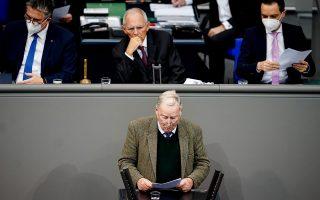 O ακροδεξιός ηγέτης της Εναλλακτικής για τη Γερμανία (AfD) Αλεξάντερ Γκάουλαντ, μιλάει μπροστά από τον πρόεδρο της γερμανικής Βουλής Βόλφγκανγκ Σόιμπλε, με αντικείμενο τη διείσδυση αρνητών του κορωνοϊού στο κτίριο με τη συνδρομή της AfD. Ο υπουργός Εξωτερικών, Χάικο Μάας, προειδοποίησε ότι οι ακροδεξιοί σε όλη την Ευρώπη έχουν αποκτήσει διαύλους επικοινωνίας και ενσωματώνουν τους απανταχού συνωμοσιολόγους (φωτ. EPA / FILIP SINGER).