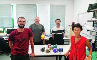 Η ομάδα πίσω από την ανάπτυξη της καινούργιας μεθόδου: από αριστερά, Ν. Φίκας, Α. Πανταζής, Γ. Παπαδάκης, Ηλέκτρα Γκιζελή. Στο τραπέζι, εργαστηριακές συσκευές IRIS.