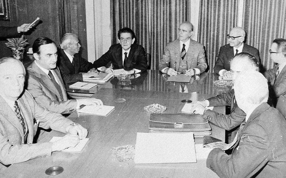 Σύσκεψη για την οικονομία, αρχές του 1975. Τον Κ. Καραμανλή πλαισιώνουν οι Π. Παπαληγούρας και Ξ. Ζολώτας. Η δεκαετία του 1970 αποτέλεσε την κορύφωση της περιόδου που επιζητούσε την κρατική αναπτυξιακή παρέμβαση στην οικονομία. Φωτ. ΙΔΡΥΜΑ «ΚΩΝΣΤΑΝΤΙΝΟΣ Γ. ΚΑΡΑΜΑΝΛΗΣ»