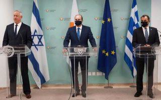 Στην κοινή διακήρυξη των υπουργών Αμυνας Μ. Γκαντζ, Χ. Πετρίδη και Ν. Παναγιωτόπουλου τονίζεται, μεταξύ άλλων, ότι «πυλώνες» της σχέσης Ελλάδας, Κύπρου και Ισραήλ είναι «οι κοινές αξίες μας, ο σεβασμός για το διεθνές δίκαιο και η δέσμευση για μια σταθερή και ασφαλή Ανατολική Μεσόγειο» (φωτ. ΑΠΕ- ΜΠΕ/ΓΡΑΦΕΙΟ ΤΥΠΟΥ ΥΠΕΘΑ/STR).