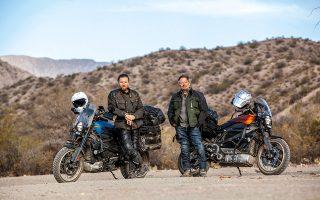 Ewan McGregor (αριστερά) και Charley Boorman φωτογραφίζονται με τις ηλεκτρικές Harley-Davidson LiveWire για τη νέα τους διαδρομή «Long Way Up». © Courtesy of Apple