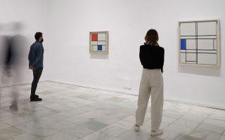 Στιγμιότυπο από την έκθεση στο Reina Sofia. Από αριστερά προς τα δεξιά: Piet Mondrian, «Lozenge Compοsition with Eight Lines and Red (Picture No III)», «Composition C with Red, Yellow and Blue (No III)» και «Composition in Blue and White». JOAQUIN CORTES / ROMAN LORES / ARCHIVE OF MUSEO REINA SOFIA