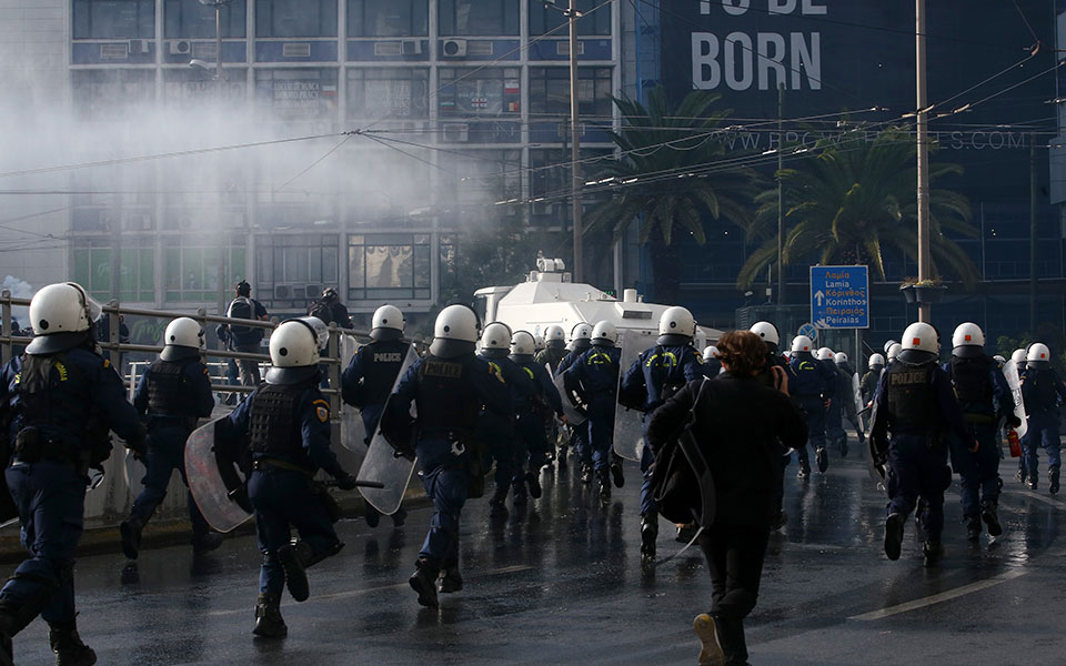 ΥΠΡΟΠΟ: Το ΚΚΕ συγκέντρωσε 1.500 άτομα και προσπάθησε να κάνει πορεία