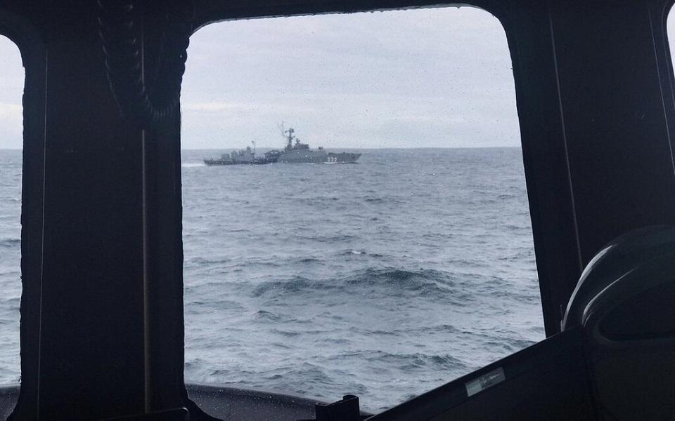 Ρωσικό πολεμικό σκάφος μέσα από το παράθυρο αμερικανικού ψαράδικου πλοιαρίου. (Φωτ.: Steve Elliott/THE NEW YORK TIMES)