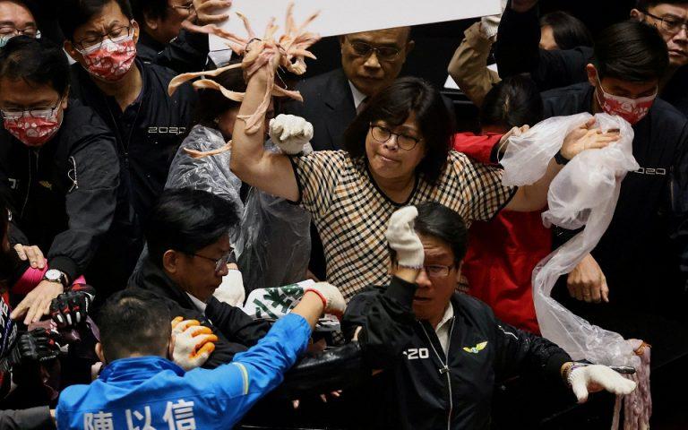 Ταϊβάν: Και εντόσθια χοιρινού στο… οπλοστάσιο της αντιπολίτευσης (βίντεο)