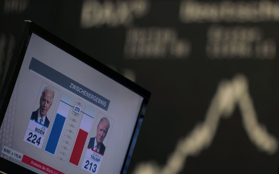 News on the 2020 U.S. presidential election results are seen on a TV screen at the stock exchange in Frankfurt, Germany, November 4, 2020. REUTERS/Kai Pfaffenbach