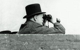 22 Σεπτεμβρίου 1940. Ο Ουίνστον Τσώρτσιλ στη γραμμή άμυνας των ακτών. Δυστυχώς, ο Μπόρις Τζόνσον δεν έμοιασε σε τίποτα στο ίνδαλμά του.  Φωτ. ASSOCIATED PRESS