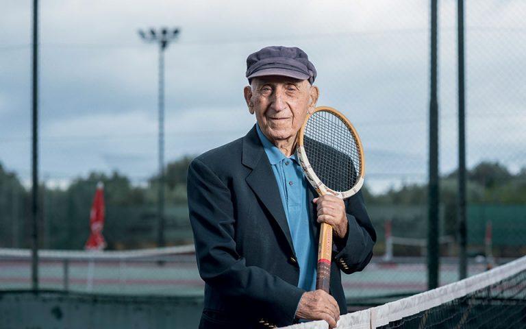Μαθαίνοντας τένις στους πρωταγωνιστές