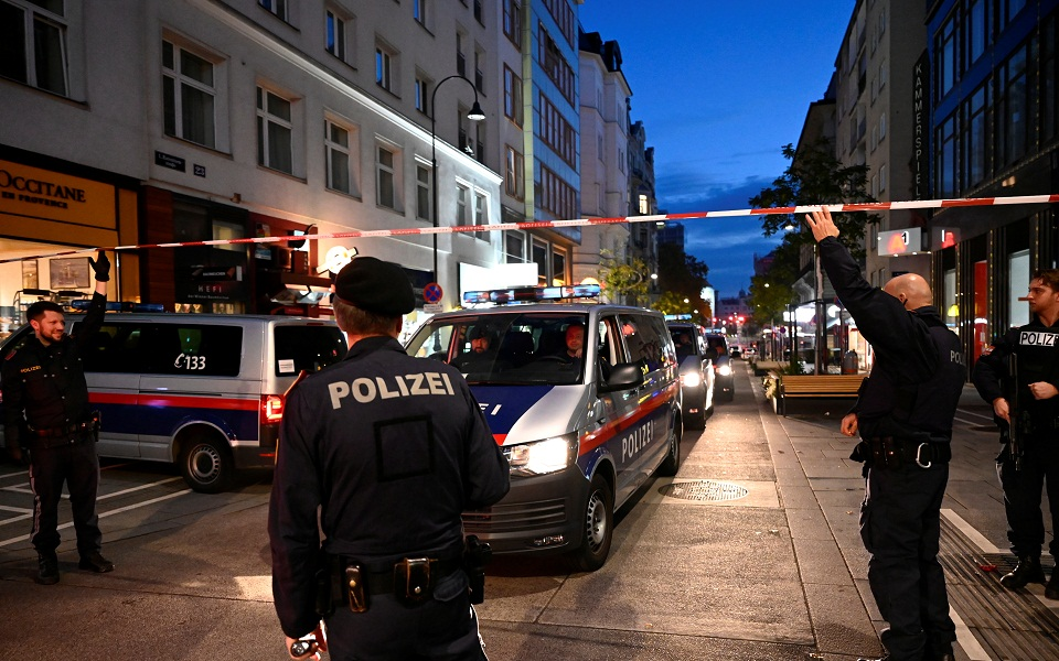 Police officers block a street after exchanges of gunfire in Vienna, Austria November 3, 2020. REUTERS/Radovan Stoklasa