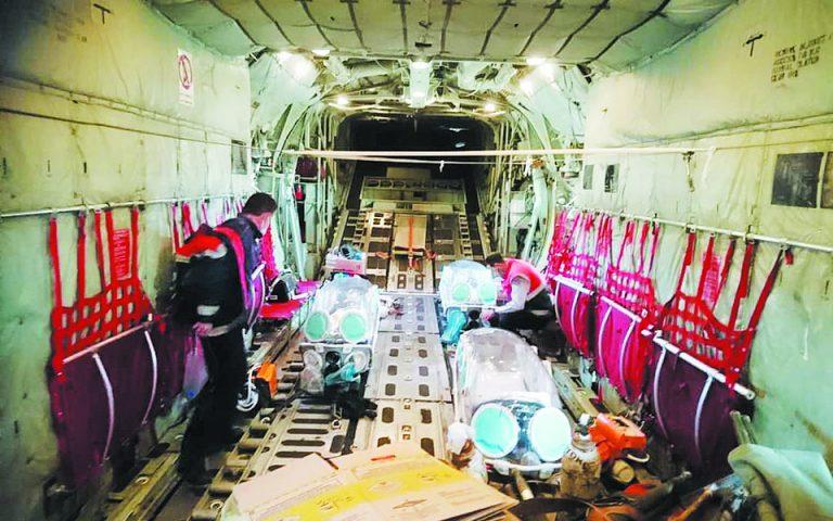 Η πρώτη αεροδιακομιδή διασωληνωμένων ασθενών, από τη Δράμα στην Αττική, που έγινε την προηγούμενη Πέμπτη, καταδεικνύει το αδιέξοδο που βιώνουν οι γιατροί στις μονάδες εντατικής θεραπείας της Μακεδονίας. Φωτ. ΕΚΑΒ