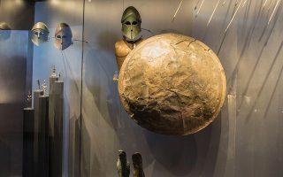 Xάλκινο κράνος, θώρακας, ασπίδα, βέλη. Εκθέματα στο Εθνικό Αρχαιολογικό Μουσείο.