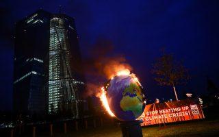 Διαμαρτυρία ακτιβιστών μπροστά στον γυάλινο πύργο της ΕΚΤ. Φωτ. Reuters