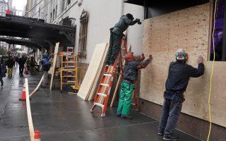Καταστηματάρχες στη Νέα Υόρκη «οχυρώνουν» τα μαγαζιά τους ενόψει των εκλογών. Ο φόβος επεισοδίων είναι διάχυτος.  Φωτ. REUTERS