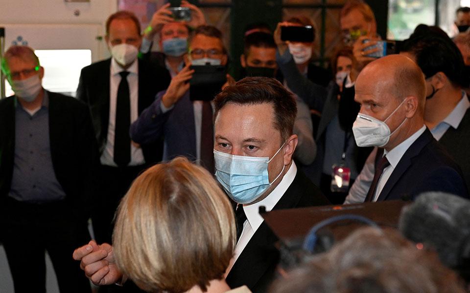 o-ilon-mask-ekane-tessera-test-koronoioy-dyo-vgikan-thetika-dyo-arnitika0