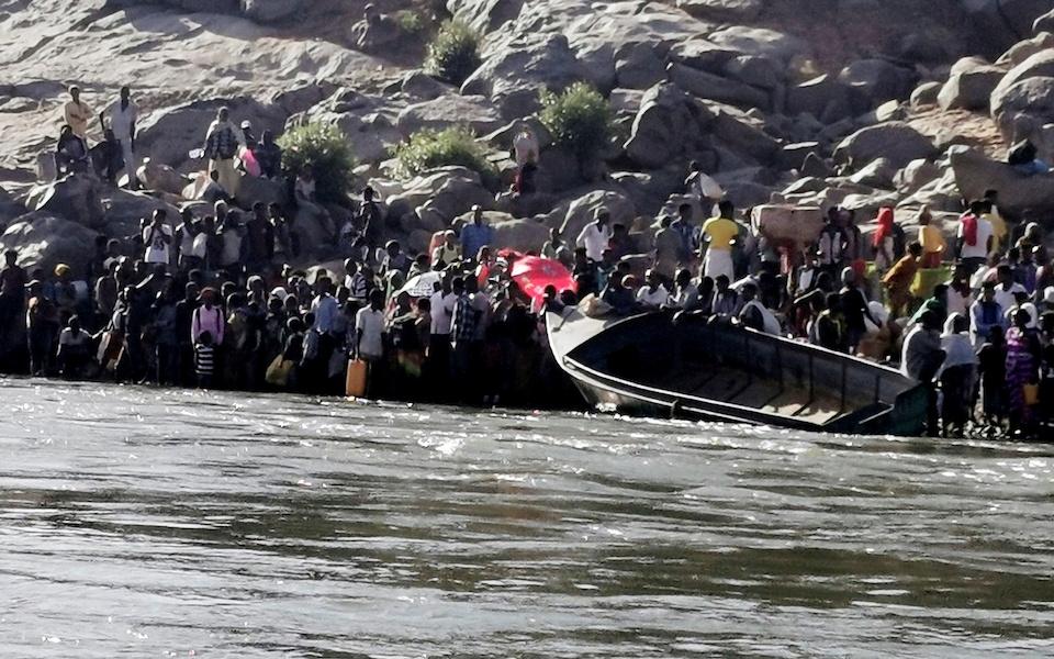 Άμαχοι προσπαθούν να εγκαταλείψουν το Τιγκράι.  φωτ. Reuters