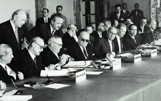 9.7.1961. Υπογραφή της Συμφωνίας Σύνδεσης Ελλάδας - ΕΟΚ στην ελληνική Βουλή. Η αίτηση ένταξης υπεβλήθη 14 χρόνια αργότερα, μετά τη δικτατορία.