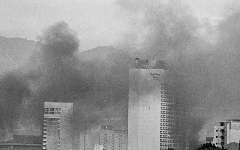 Καπνοί από φλεγόμενα κτίρια στη Βηρυτό, δέκα μήνες μετά την έναρξη του εμφυλίου.  Φωτ. ASSOCIATED PRESS