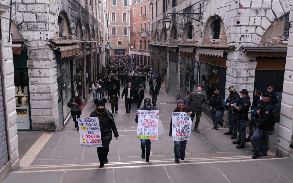Protesters hold a demonstration against the Italian government's coronavirus disease (COVID-19) restrictions in Venice, Italy, November 3, 2020. REUTERS/Manuel Silvestri