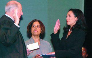 Από περιφερειακή εισαγγελέας (στιγμιότυπο από την ορκωμοσία της το 2004) του Σαν Φρανσίσκο, η Κάμαλα Χάρις αναδείχθηκε στην πρώτη μαύρη γυναίκα πολιτειακή υπουργό Δικαιοσύνης της Καλιφόρνιας. Φωτ. A.P. Photo / George Nikitin