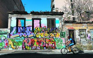 Το γκράφιτι δίνει λίγο χρώμα στο ερειπωμένο κτίριο στην οδό Λεωνίδου στον Κεραμεικό. Πόρτες και παράθυρα έχουν χτιστεί για να αποτρέψουν την είσοδο στο εσωτερικό.  Φωτ. ΝΙΚΟΣ ΚΟΚΚΑΛΙΑΣ