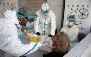 Μείωση στις εισαγωγές σε νοσοκομείο και στις διασωληνώσεις ασθενών με COVID-19 έρχεται με χρονοκαθυστέρηση από μία εβδομάδα έως δέκα ημέρες από μια βελτίωση των λοιπών επιδημικών δεικτών, διευκρινίζει ο κ. Γώγος (φωτ. AP Photo/Thanassis Stavrakis)