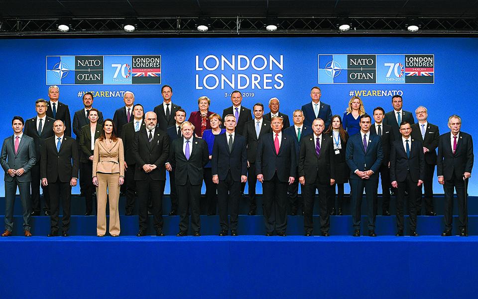 Οι Βρυξέλλες δεν θα έχουν πλέον απέναντί τους έναν Αμερικανό πρόεδρο-εχθρό του ΝΑΤΟ (φωτ. από τη Σύνοδο του Λονδίνου, τον Δεκέμβριο του 2019), που απειλεί τους Ευρωπαίους πως αν δεν αυξήσουν τις αμυντικές δαπάνες τους θα τινάξει τη Βορειοατλαντική Συμμαχία στον αέρα.   Φωτ. EPA / FACUNDO ARRIZABALAGA