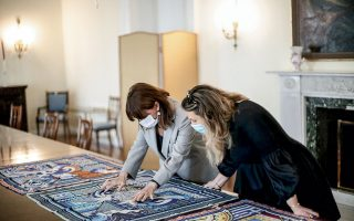 H πρόεδρος της Δημοκρατίας Κατερίνα Σακελλαροπούλου και η Μαίρη Κατράντζου  επεξεργάζονται τα φουλάρια στο Προεδρικό Μέγαρο. (Φωτογραφίες: Θοδωρής Μανωλόπουλος)