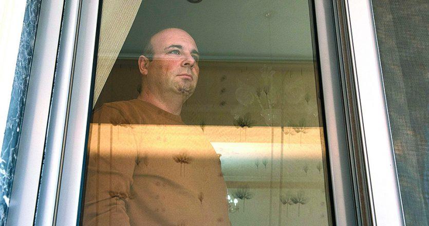 Ο νοσηλευτής Γαβριήλ Ταχτατζόγλου βρίσκεται σε καραντίνα στο σπίτι του. Την ίδια στιγμή, εκατοντάδες υγειονομικοί σε όλη τη χώρα έχουν παροπλιστεί.   Φωτ. ΑΛΕΞΑΝΔΡΟΣ ΑΒΡΑΜΙΔΗΣ